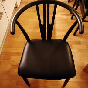 Nyistandsatte sorte spisebordsstole. Jeg har selv istandsat dem (malet, lak og nye sæder i læder). 4 stk. Kan afhentes i Aarhus C. Jeg har også et spisebord til salg, som passer rigtig godt til.