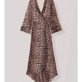 Overvejer at sælge denne flotte ganni kjole, hvis det rette bud kommer, da jeg desværre ikke får brugt den nok. Kan sendes med dao. Handler mobilepay.