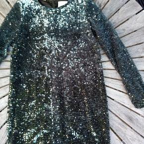 Skøn palietbesat kjole med lange ærmer. Brugt til 1 fest. Polyester materiale, sort foer. Lynlås i ryggen. Længde 86 cm. Brystvid 49 cm. Lige op og ned model. Ingen brugsspor. Bytter ikke Sender gerne Ikkeryger hjem