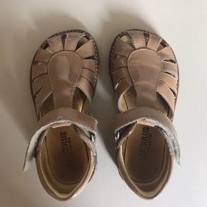Fineste Angulus sandaler i rosa/nude lak. Brugt en sommer, men stadig i rigtig fin stand. Prisen er inkl. forsendelse.
