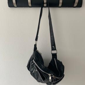 Godt brugt nunoo taske, med lidt slid på lynlås og andet metal, som vist på billedet.  Skriv for yderligere interesse, og eller hvis du ønsker flere billeder :)