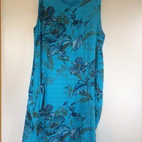 Flot turkis kjole i bomuld. bm 63 x 2 og læ 1 m.