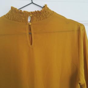 Fin karry bluse, str. M.  Brystmål ca. 55,5 cm. Sender gerne.