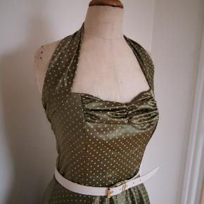Diva Catwalk fest kjole, sindsyg smuk grøn tone med råhvide prikker / Dots og elastisk stof med flot lidt tung materiale som sidder fantastisk på kroppen. Str. M medium og kan passe str 38 - 40. Fejler intet, brugt engang og sælger pga stort vægttab. Bæltet tilhører ikke kjolen.