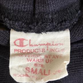 Sælger denne champion hoodie, sælges da jeg ikke bruger den. Fik den i julegave for 3 år siden Købt i samsøe samsøe. Hoodien har en snor med, der kan sættes i (tjek billede 3) Skriv pb for flere billeder😁 Er åben for bud!