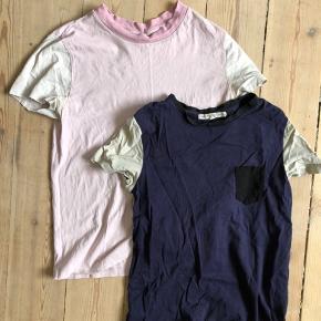 Brugte t-shirts - 10kr for den lyserøde og 20kr for den navi blå. Farven fremstår forvasket, desuden kan det ses de er brugt under armene.