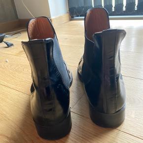 Sælger disse læder støvler fra Ganni, da jeg desværre ikke rigtig får dem brugt mere. Som der kan ses på billederne, har de brugsspor. Men stadig rigtig fine :)