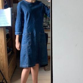 """Cowboykjole fra """"Weekend"""" Max Mara  Der står ingen str. i kjolen men længden på kjolen er ca. 1m. og så er den meget løs i taljen, så en str. S/M. Kom gerne med dit bud på prisen."""