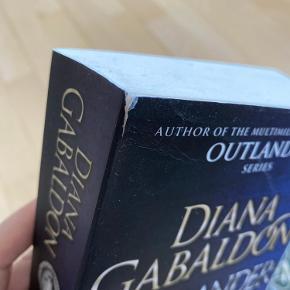 De første to bøger i serien Outlander.  Engelsk, paperback. Den ene bog har en lille flænge (se billede 2)   - Hvis annoncen er aktiv, er varen stadig til salg.  - Jeg bytter ikke og prisen er fast.  - Kan sendes med DAO, GLS eller Bring på købers regning.  - Kan alternativt afhentes i 6715 Esbjerg N (Gjesing nord).