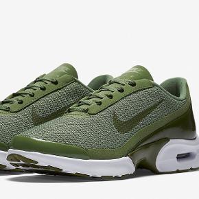 Mega fede unikke Nike sko. Modellen hedder Nike Air Max Jewell, og er i farven Palm green. De er købt i New York sidste år, så de ses ikke særlig meget i denne farve i Danmark. Skoene er næsten ikke brugt, og fremstår derfor næsten som nye. ❕OBS❕ Skoene sælges ikke mere hos Nike, så er derfor helt unikke💓  Ny pris: kan ikke huske ny pris. Mp: 600kr - da de ikke sælges mere BYD endelig👟