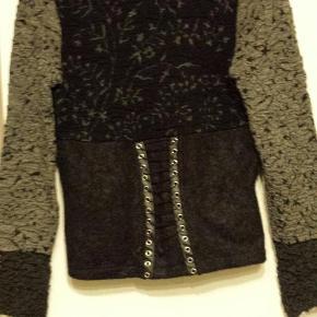 Brand: eva claudi Varetype: trøje Farve: sort/grå Oprindelig købspris: 1200 kr.  82% uld 10% polyamid, 8% ACR Med lynlås