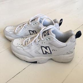 """Købt på Tradono af en pige der solgte dem som """"aldrig brugt"""" (til 550kr) - brugt af mig 3-4 gange, men størrelsen er desværre lidt for lille til jeg kan gå med dem (har ret bredde fødder i forhold til modellen).  Str er 37,5 og prisen er fast på 500kr uden fragt. Kan afhentes☺️"""