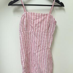 Så fin sommerkjole med røde/hvide striber. Har kun været prøvet på. Det er min ældste datters kjole. Hun kan ikke passe den mere, så lillesøster er hoppet i den. Hun er str 32-34. 60% bomuld  40% viskose