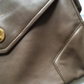 Købt i 2011 på udsalg - brugt med nogle ridser.   Kom med et bud.  Dustbag medfølger og original kvittering fra Nue butik haves.