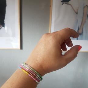 De fineste armbånd med små glasperler . Lavet med elastik så de kan tages af og på uden at skulle fumle med en lås :-)  Disse er str small.  Pr stk 40kr eller 3 for 100 (kan sendes med post nord) Perlearmbånd kan laves i mange farver og størrelser. Skriv bare:)