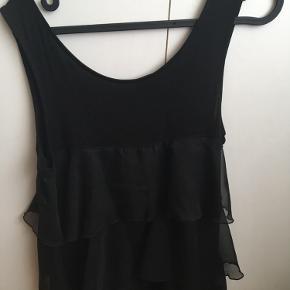 Brystvidden 80cm  Flot top fra H&M med flæser i sort🌸 Brugt få gange🌸 95% viscose (indenunder) 5% elastane (indenunder) 100% polyester (flæserne)
