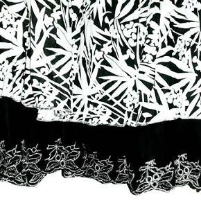 Sød foret nederdel fra Intown i str 40 Nederdelen har elastik i linningen. Livvidde 39-40 cm, længde ca 80 cm.