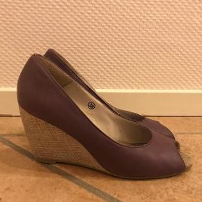 Flotte og behagelige sko fra Bianco. Sælges da jeg ikke længere får dem brugt. De er brugt i en periode, men er fortsat i god stand. Har mistet lidt farve på bagsiden ellers fejler den intet. Np. 499kr. Byd gerne :)
