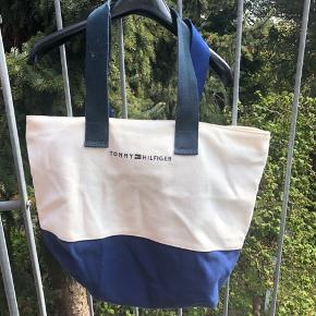 Fed tote bag/strandtaske fra Tommy Hilfiger! - prisen er til forhandling- kom med et bud - der kan sendes flere billeder, hvis det ønskes.  :)