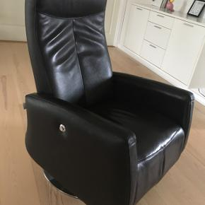 Sort læder lænestol. Mrk. Salerno. Pæn og velholdt. Ny pris 6000. Med indbygget skammel.
