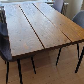 Fint rustikt plankebord med metalben. Benene medfølger men skrues af inden afhentning og kan nemt skiftes hvis det ønskes. Afhentes i århus c  150*88