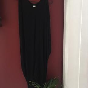 Lang sort kjole, luftig og perfekt til de varme dage eller som kjole til stranden