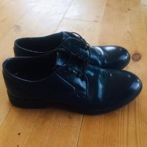 Fine, simple mørkeblå laksko fra Pavement.