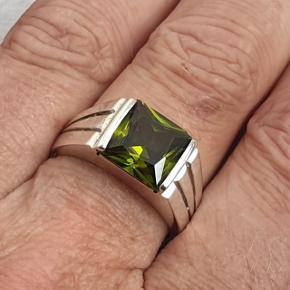 Flot ring i ægte sterling sølv med stor grøn sten. Jeg vil tro det er en zirkon. Stenen er 1x1 cm. Indre diameter er 19,1 mm = str. 60. Prisen er fast.  Se også mine andre annoncer med smykker  🦋