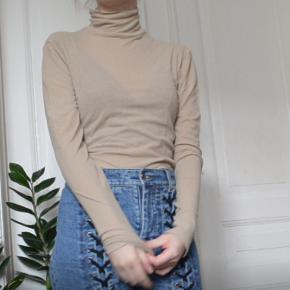 Beige-y nude højhalset top fra Envii i let gennemsigtigt materiale (anbefaler ikke at have den på uden bh, hvis du ikke bryder dig om at flashe folk). God til at bruge som lag under en kjole/overalls.