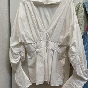 Skjorten er brugt få gange. Den fejler intet og har ingen pletter