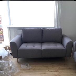 Helt ny kvalitets sofa, endnu ikke siddet i og lige pakket ud.Sælges da vi har købt 2 stk. og har nu fundet ud af, at én er nok. Der er købt ben i eg til den, men der følger også ben i metal med. Kvittering haves.  Nypris er 3200 kr.  Mål:   L: 175 cm. D: 97 cm. H: 88 cm.