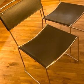 Prisen er for dem alle samlet. Fire italienske spisebordsstole sælges da de er lidt for lave til mit spisebord. Har nogle mærker, pris sat derefter.   Siddehøjde 44 cm.   Skal hentes i Ørestad Syd på Amager.