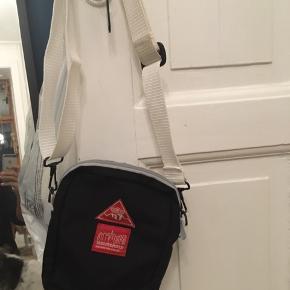 Manhattan  Portage minibag black, lille sort lærredstaske med hvid skulderrem. Remmen kan indstilles i længden. Taskens mål 5x15x20cm. 100kr Kan hentes Kbh V eller sendes for 38kr DAO