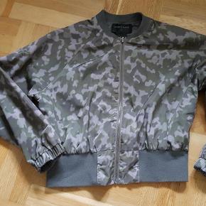 Varetype: jakke Farve: Armygrøn Oprindelig købspris: 1000 kr.  Sød Storm Og Marie jakke i rigtig god stand. Prisen er sat efter, at ribkanten ved hoften viser, at jakken har været vasket - er en lille smule fnulret.