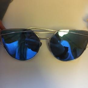 Fejler intet, cat eye solbriller. Sælger også i rosa/guld stel, sort/sølv stel og disse i blå med sølv stel