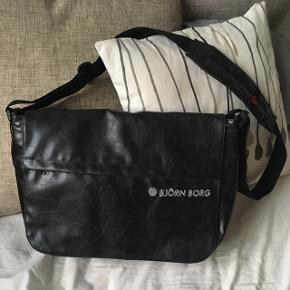Lækker Björn Borg XL flapbag i læder.  3 store lommer og flere små praktiske indvendige lommer. Jeg har aldrig brugt den og den fremstår som ny 🎉😊