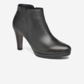 Super fin kort sort støvle i blødt skind..Brugt få gange.  Str. 40 Mp. 475 kr.   BYD 😊