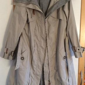 Flot og meget lækker frakke. Måler fra ærmegab til ærmegab 50 cm. Længden 100 cm. Buer lidt bagpå. 100 % bomuld.p Lommer, fede detaljer. En rigtig lækker frakke