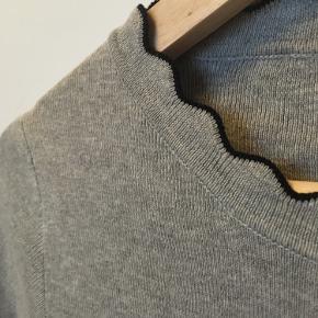 Pæn trøje med flot detalje. Trøjen er en M. Men jeg vil sige det er en S.