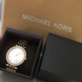 Michael Kors ur i rigtig fin stand sælges for 1200 kr. Der er stadig plastik på selve uret. Prisen er fast og uret kan afhentes i Kolding eller Aarhus.