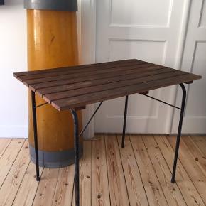 Bord der kan foldes sammen, kan bruges ude og inde. Måler 80x50cm og højden er 65cm. Med patina