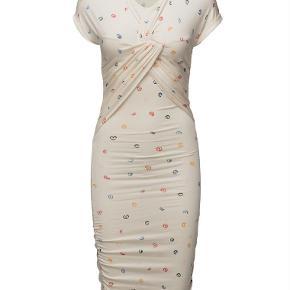 Varetype: Brush Dress Draperet Kjole Orions Råhvid XS Farve: Råhvid Oprindelig købspris: 1800 kr.  Stine goya brush, 198 bakst drapy jersey - kjole pearl min er med små sorte dots og lægger billeder morgen.   Body on, knælange & midi, størrelse XS. Næsten ny.   95% modal, 5% elastane figursyet silhuet stretch materiale mønstret design rynket finvask ved max 30˚c