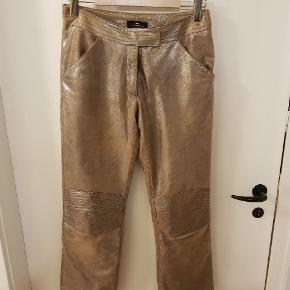 Ægte læderbukser. Metallic overflade, guld. Virkelig seje bukser i det blødeste skind.