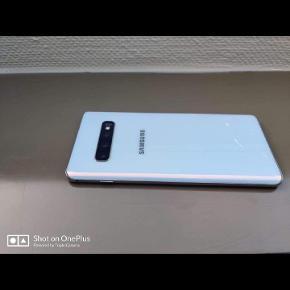 Samsung s10 plus  Mobilen er 5,5 mdr gammel.købte hos telia.den er en lille smule stykker bagfra men ingen ridser på skærmen. Høretelefonen følgeres ikke med.