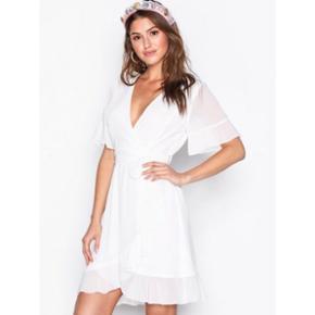 🌸🌸 kjole fra Nelly str. S 🌸🌸  Sælger denne flotte kjole, har kun været brugt én gang i få timer.   Nypris var 400 kr., BYD 🌸🌸
