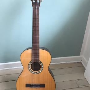 To fine junior guitarer. Sælges samlet for 400, og ellers 250kr pr stk. Den ene mangler en streng.