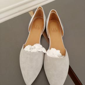 Bytter ikke. Billi Bi, lysegrå ruskind m. sølv hæl (se billederne).  Indvendigt mål på 24,5 cm, fra snude til hæl. Kommer fra et ikke ryger hjem. Ingen kasse til skoene. Skoene er blevet brugt indendørs til en fotooptagelse.