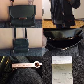 Sælger min smukke Alexander Wang taske som jeg aldrig får brugt. Små brugsspor i læderet, som man absolut ikke lægger mærke til. Sælger da jeg aldrig bruger den. Kvitteringen haves. Kan sendes eller hentes på Christianshavn.