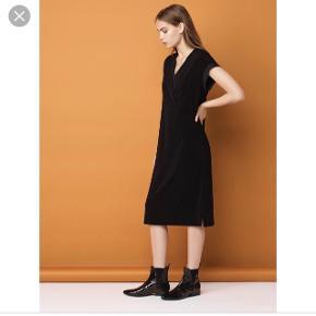 MB kjole - style Harluna i sort  ( haves også i grøn på anden annonce) str. S ( stor i str.) Fine detaljer, silkestof ved ærmer og rundt i halsen, læg på ryggen og slids forneden i siderne. Lækkert crepe elastisk stof. Ny pris 1700 kr - bytter ikke - Byd.