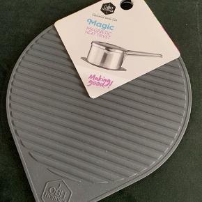 OBH Nordica Bordskåner i silikone. Magnetisk. Grå. Aldrig brugt. 18cm.  Sender ikke: Kan afhentes på Frederiksberg eller i Greve.
